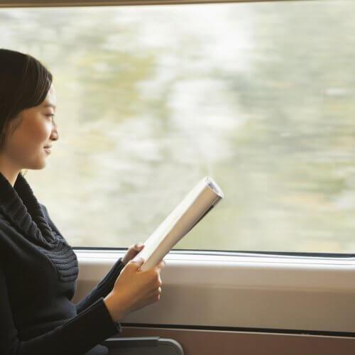 電車の中で学んでいる