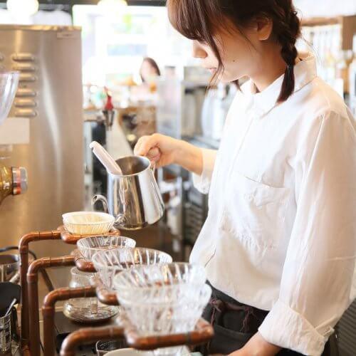 ドリップコーヒーを入れる女性